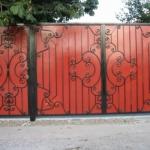 Кованое декорирование ворот из профнастила