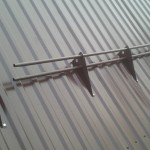 Выбор и монтаж снегозадержателей для крыши из профлиста