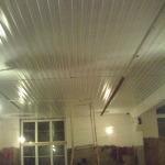 Оформление потолка из профлиста